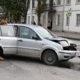 Eile päeval halvasid Kuressaare kesklinnas mõneks ajaks liikluse seal kokku põrganud autod. Torni tänavalt tulnud Ford ei andnud teed Tallinna tänaval otse liikuda tahtnud autole ning sõitis viimasele otsa.
