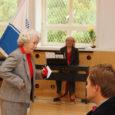 Eile tähistas Kuressaare põhikool koolimaja 70. juubelisünnipäeva piduliku aktusega. Kooli fuajees avati mälestustahvel esimesele direktorile Eduard Hõbenikule, kes juhatas selles majas olnud algkooli aastatel 1939–1940.