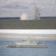 Eile pärastlõunal lõhkas miinijahtija Ugandi Suures väinas kolm miini viiest, mis asusid keskmiselt 14 m sügavusel. Korraga lõhati maksimaalselt 750 kg lõhkeainet. Tegemist oli Vene päritolu M-26 tüüpi ankrumiinidega, mis asusid laevatee läheduses. Lõhkamist jäi ootama veel kaks miini.