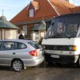 Eile hommikul kella kümne ajal veeres Kuressaare linnaliini buss kesklinnas otsa parklas seisnud sõiduautole.
