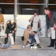 Kudjape jäätmekeskuse avamisel rebiti eile traditsioonilise lindilõikamise asemel prügikotte ning pidulikku tseremooniat juhtinud prügikoll pani keskkonnaministri ja kohalike omavalitsuste esindajad prügi sortima.