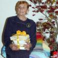 Möödunud reedel olid Orissaare kultuurimajja Neeme Metsale pühendatud loomingulisele õhtule kogunenud kümned Neeme sõbrad, sugulased ja tuttavad. Viinakuu viiendal päeval 80-aastaseks saanud kunstnikuhingega naine ise säras lavataustaks riputatud vikerkaarevärvilise vaibaga võidu.
