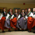 Reede õhtul kogunes Kihelkonna uhkesse rahvamajja sadakond inimest, et üheskoos tähistada naistantsurühma Tõllu Tütred kümnendat sünnipäeva, seda koos armastatud laulumemme Kihnu Virve ja tema pereansambli, tunnustatud muusiku Olavi Kõrre ning Pärnu suupilliklubi Piccolo rahvaliku muusika pundiga Piccolo Folk.