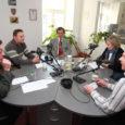 """Eile Kadi raadio """"Valimisstuudios"""" kohtunud Kuressaare linnapeakandidaadid üksteisega teravuste vahetamise ja poriloopimiseni ei jõudnud. Kõige rohkem elevust valmistas Keskerakonna linnapeakandidaadi Kalle Laaneti naljana mõeldud vastus IRL-i esinumbri Toomas Takkise küsimusele e-linnapea kohta."""