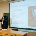 """Eile andis Saaremaa ühisgümnaasiumi 12. ja 8. klassi õpilastele tunni kaitsepolitseiameti peadirektor Raivo Aeg. 1980. aastal SÜG-i lõpetanud Aeg proovis õpetajaametit """"Tagasi kooli"""" nädala raames."""