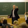 """Reedel lõppes vabariigi presidendi ja sihtasutuse Noored Kooli eestvedamisel toimunud """"Tagasi kooli"""" nädal, mille jooksul andis ligi 300 Eesti koolis tunde üle 800 külalisõpetaja."""