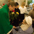20 aastat tagasi Kuressaarest lahkunud kirikuõpetaja Joel Luhamets on jätkuvalt nii teada ja tuntud, et tema külaskäik tõi pühapäeval Laurentiuse kirikusse pea 300 inimest.