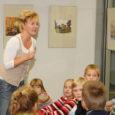"""Möödunud teisipäeval Saare maakonna keskraamatukogu laste lugemissaalis toimunud ettelugemispäeval tutvustas oma raamatuid """"Kuldsed põrnikad. Piia ja Miia suvi"""" ja """"Roosi Saaremaa suvi"""" lastekirjanik Meelike Saarna. Saaremaa lapsed olid ka esimesed, kellel avanes võimalus kuulata lugu kahest koerast ja lõbusast rohelisest bussist kirjaniku kevadel ilmuvast raamatust """"Päikesetäpiline lepatriinu""""."""