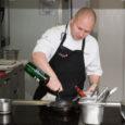 Juba teist aastat järjest tuli mainekas aasta koka tiitel saarlasele. Pädaste mõisa sous-chef Martin Meikas kordas aastatagust Pädaste peakoka Peeter Piheli saavutust. Nüüdsest töötab Muhus seega kaks aasta koka tiitliga pärjatud kokka.