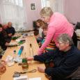 Saaremaa puuetega inimeste koda sai 15-aastaseks. See, hetkel 13 liikmesorganisatsiooni ja kogu maakonnas orienteeruvalt 2100 puudega täiskasvanut ühendav katusorganisatsioon asub Kuressaare linnas Pikk tn 39. Endises Audla mõisa talvekojas, mis kuulus von Buhrmeisteri perekonnale ning on juba aastast 1876 märgitud Kuressaare linna plaanile. Saaremaa PIK kolis sellesse hoonesse aastal 1995.  Oma Saar käis PIK-is külas ühel töisel juubelieelsel neljapäeval, mil majas oli juba avatud omaloomingu näitus ja kümmekond virka kätepaari oli tegelustoas ametis uute ja põnevate meisterdustega.
