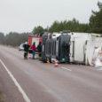 Eile hommikul Muhus Eemu tuuliku lähistel kraavi kaldunud kaubaauto koorem oli alates piimast ja Norra lõhest kuni pagaritoodete ja potililledeni metsa alla laiali lennanud. Õnnetuse tagajärgi likvideeriti pea viis tundi.