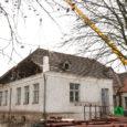 Ehitajad firmast EBC Ehitus olid eile ametis Kuressaare muusikakooli katuse tükikaupa lahtisaagimise ja eemaldamisega.