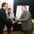 """Sihtasutuse Turvaline Saaremaa tänavuse auhinna – Tauno Kangro kuju """"Unistav laps"""" koos tunnuskirjaga – sai Valjala vald. Maakonnas esimene tervistedendava lasteaia tunnistus läks samuti Valjalga, sealsele lasteaiale. Auhinnad anti üle eilsel maakonna arenduskonverentsil."""