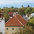 Spetsialistide hinnangul on Kuressaare raehoone läbijooksev katus omadega nii otsas, et vajab täielikku väljavahetamist. Hinnanguliselt võib see maksta kuni miljon krooni.