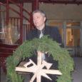 1983. aastal valminud Leisi koolimajale nüüdse renoveerimise käigus ehitatud sarikatelt võtsid eile pärastlõunal pärja maha vallavanem Ludvik Mõtlep ja kooli direktor Tõnu Erin.