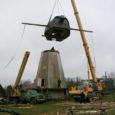 """Eile hommikul kinnitasid Angla tuulikumäel alltöövõtuga tegeleva OÜ Muinassepp tuulikuehitajad Hollandi tuuleveski kupli külge tõsterihmad ja -trossid ning peagi sikutas firma Saare Kraanad võimas tõsteseade paati meenutava mütsi """"hollandlasele"""" pähe."""
