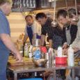 """""""Eesti mees kokkab"""" on kursus, mille on saare meeste jaoks välja mõelnud koolituskeskus Osilia. Meeste huvi kursuse vastu on üllatavalt suur, pruukis vaid kokakursust üks kord Oma Saares reklaamida ja see täitus päevapealt."""