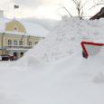 Kesknädal tõi Saaremaale tiheda lumesaju, mis paiskas päevarütmi sassi nii tööle ruttavatel inimestel kui ka kooli pääseda üritavatel lastel.