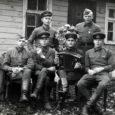 Täna jätkame BRUNO PAO mälestuste avaldamist Nõukogude Liidu sõjaväebaaside rajamisest Lääne-Eesti saartel. Mälestuste esimene osa ilmus 19. detsembri Oma Saares. Ajalooliseks taustaks vaid nii palju, et 1939. aastal kirjutasid Eesti Vabariigi tookordsed võimukandjad Moskvas alla nn baaside lepingule (ametlik nimetus Eesti Vabariigi ja NSV Liidu vaheline vastastikuse abistamise pakt). Kõnealuse pakti kolmanda artikliga lubas Eesti Nõukogude Liidul tuua oma sõjalaevastiku Saaremaale, Hiiumaale ja Paldiski linna. Samas lubati laevastikku toetada teist liiki väeosadega, muude baaside ja lennuväljade täpsed asukohad lepiti vastastikku kokku väljaspool baaside lepingut. Nõukogude vägede sisenemine Eesti aladele algas 1939. aasta 18. oktoobri varahommikul.