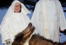 Eesel Manta ja lammas Hiiu rõõmustasid jõuluõhtul Pöide kirikulisi