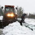 Kuressaare tennisekeskuse halli peal, mis paari nädala taguse lumetormi ajal alla lasti, käisid eile agarad lumekoristustööd.