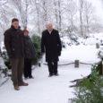 Eile pärastlõunal asetati pärjad ja süüdati küünlad Vaikade linnukaitseala rajaja Artur Toomi sümboolsel haual Kihelkonna surnuaial.