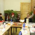 Muhu vallavolikogu eiras valla põhimäärust, kui nimetas poolteist kuud tagasi ametisse vallavalitsuse liikmed Toomas Kuuse ja Helena Eriku. Samas jätkab vallavalitsus eelarve koostamist, mis sünnitab mitmeid konflikte.