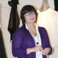 """Eesti kunstiakadeemia tekstiilidisaini osakonna professor Mare Kelpman on tegelikult Orissaare tüdruk. Või oli. Ses mõttes, et tüdrukust on vahepeal saanud õppejõud ja professor ja kunstnik ning elab ja tegutseb ta nüüdsel ajal hoopis Tallinnas, mõningate vahepaiknemiste ja kõrvalepõigetega. Üks kõrvalepõige sai teoks äsja lõppenud aasta advendiaja alguses, kui see kunagine Orissaare tüdruk avas Kuressaares oma näituse """"Tekstiilid"""", esimese näituse Saaremaa pealinnas niisiis. Varem on tema loomingut imetletud ja hinnatud, ja kõrgelt hinnatud nii mandrimaal kui ka raja taga."""