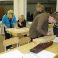 Möödunud reedel ja laupäeval meisterdasid Valjala segakoori Waldia lauljad pillimeister Mart Aardami juhendamisel kandleid. Järgmine õpituba toimub tuleva nädala lõpus.