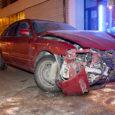 Laupäeva õhtul kella 20 ajal ei tulnud 47-aastane purjus mees sõiduki juhtimisega enam toime ja põrutas sisse Kuressaares Tallinna tänaval asuvasse riidepoodi. Inimene õnnetuses viga ei saanud.