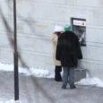 Mitmed Kuressaare kesklinnas rahaautomaadi kasutajad on viimastel päevadel sattunud tüütu mehe küüsi, kes väga õnnetu näoga ja viisakalt kaaskodanikelt raha kerjab.
