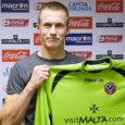 FC Kuressaare kasvandik Mihkel Aksalu (fotol) sõlmis reedel lepingu Inglismaa tugevuselt teise liiga klubi Sheffield United'iga. 25-aastane saarlane ütleb uue klubi kodulehe vahendusel, et leping on tema jaoks nagu unistuse täitumine.