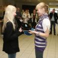 Eile vahetasid Kuressaare gümnaasiumi ja Saaremaa ühisgümnaasiumi õpilased Kuressaare kultuurikeskuse fuajees teist aastat järjest toimuva õpilasvahetuse projekti raames pidulikult õpikuid, tunniplaane ja muud koolis vajalikku.