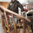 Kuressaare ametikoolis kaks aastat õhtuti ja nädalavahetustel restauraatoriks õppinud 48-aastane Reinis Pihl taastas lõputööna toolid, millel supelsaksad saja aasta eest kuursaali ees suviti istusid.