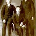 Pihtla valla Ilpla külaseltsis tegutsedes vaimsust ja asjatundlikkust kogunud Silvi-Koidu Kuusk avastas kodus ühe panipaika unustatud vana laua sahtlinurgas mingid koltunud dokumendid ja fotod. Ta tõi need päevavalgele, puhastas ettevaatlikult prahist ja tolmust ning asus neid uurima. Leides pabereilt aastanumbreid 1917, 1920 ning veel järgnevaid daatumeid ja tuttavaid nimesid, hoomas ta, et sahtlisse oli peitunud tema mehe isa ja onude noorusaeg ning Ilpla mõisast eraldatud asunikukohal uue kodu rajamise mured ja rõõmud.