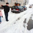 Kuressaares Marientali elamurajoonis raskendasid jäätunud roopad kaks päeva liiklemist nii jalgsi kui ka autoga ning üks majaelanik lõhkus koju sõites auto summuti. Eile sai majaesine korda.