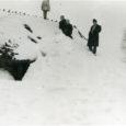 Leidsin oma fotoarhiivist foto ja lugesin selle tagaküljelt, et see on tehtud 1957. aasta talvel Karala külas Vanamihkli talu kõrvalhoonest.