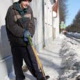 Eile hommikul äratas möödakäijate tähelepanu remondis oleva Kuressaare muusikakooli vastas Torni tänava trotuaarilt jääkamakaid labidaga lahti toksiv mees.