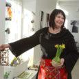 """Saaremaa kunstistuudios on avatud Kullamaa keskkooli käsitööõpetaja ja Üdruma külas käsitöötuba pidava Maarja Jõevee klaasaluste näitusmüük """"Rahvuslikud mustrid klaasil""""."""