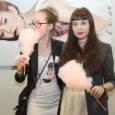 Läinud reedel avasid Kuressaare kultuurikeskuse suures saalis moeteemalise plakatinäituse kaks noort moedisainerit – Kuressaarest pärit Piret Puppart ja Marin Sild.