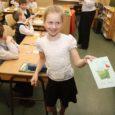 Saaremaa ühisgümnaasiumi juhtkond võttis vastu otsuse mitte jagada lastele veerandilõpus tunnistusi, kuna hinnete seisu saavad kõik arvuti vahendusel jälgida e-koolist.