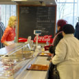 Hommikul kella poole üheteistkümne paiku tekkis eile Saaremaa kaubamaja II korrusel avatud kohvikus Maiasmokk juba pisike järjekord.