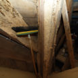 Teadlaste tehtud arvutuste kohaselt on Ruhnus elutsevad puidumardikate vastsed hoonete katusekonstruktsioonid nii ära söönud, et tugevama tuule korral variseks kivikiriku torn lihtsalt kokku. Probleemiga on tutvunud riigitegelased alates presidendist ja ministrist, kuid ette võetud pole midagi.