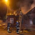 Ehkki politsei ja päästjad tühjalt seisvaid maju regulaarselt kontrollivad, oli keegi siiski ka sel laupäeval lahti kiskunud Kuressaares Allee tänaval asuva maja kinnilöödud akna ja põhjustanud tulekahju.