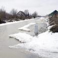 Kuressaare linna piiril asuva Mündi tänava elanikud nõuavad Kaarma vallalt kinnisvaraarendaja poolt aastaid tagasi valesse kohta paigaldatud vee- ja kanalisatsioonitorustike ümberehitamist.