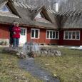 Tänavusel turismihooajal esmakordselt külalisi võõrustav pulbitseva nõiakaevuga Laugu turismitalu Leisi vallas ei paku Saaremaad uudistama tulnud huvilistele üksnes meeldivaid ööbimisvõimalusi ja suitsusaunamõnusid, vaid saadab liikumisest lugupidavad inimesed lähiümbruse matkaradadele võistu ajaloo-, kultuuri- ja loodusväärtusi tundma õppima. Talu rendib väiksematele gruppidele välja mugava kuuekohalise autosuvila, millega saab uudistada nii Saaremaad kui sõita ka pikemale huvireisile.