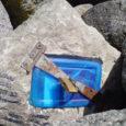 Oma Saare lugeja saatis toimetusele foto Kuressaare jahisadama muuli tipust avastatud kummalisest kivist, mis peitis endas tabalukuga kinnitatud läbipaistvat plastmasskarpi. Karbist omakorda paistis kokkumurtud paberileht.