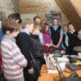 Möödunud neljapäeval, 8. aprillil külastas Oma Saare toimetust Saaremaa ühisgümnaasiumi 6.b klass. Olles eesti keele tundides enne end kurssi viinud meedia olemuse, teemade, žanrite, esindajatega jms, oli õpilastel nüüd hea võimalus oma silmaga näha, kuidas sünnib meie maakonna päevaleht Oma Saar.
