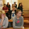 Kui 9. aprillil koolikell Orissaare gümnaasiumis hommikust tunnialgust kuulutas, olid õpilased end seekord hoopistükkis saalis sisse seadnud. Tavalise koolireede asemel algas OG karjäärinädalat lõpetav järjekorras kolmas karjääripäev. Kõigepealt esitles karjäärikoordinaator Riina Aljas õpilastele oma ametit tutvustama ja mõtteid jagama tulnud külalisi, kes kõik on mingil perioodil Orissaares koolipinki nühkinud, ning end klassides ja spordihoones sisse seadnud kümmet töötuba. Veel enne töötubadesse jagunemist joonistati valmis ametipuud, millele märgiti õpilaste vanemate elukutsed.