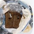 Kuressaares Ida-Niidu säästumarketist sel teisipäeval ostetud Fazeri Must leib pakkus ostjale paar päeva hiljem halva üllatuse. Nimelt vaatasid leiva viimasest veerandist pererahvale vastu lõikavalt terava servaga jämedad klaasikillud.